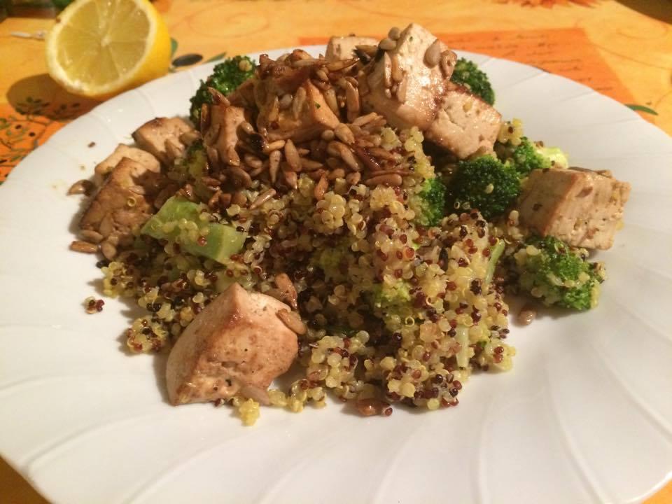 wok di broccoli e quinoa, tofu e semi di girasole